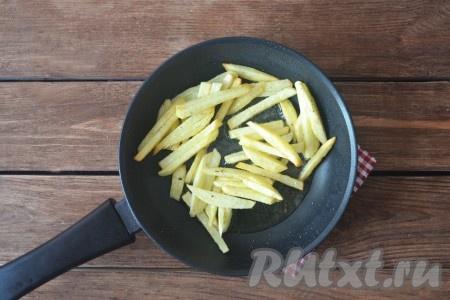 Обжарить картофель на среднем огне до мягкости, часто помешивать не нужно, чтобы не сломать структуру. Для этого понадобится 4-5 минут.