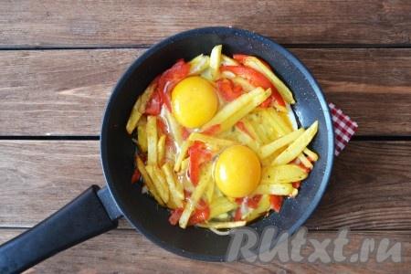 Вбить в сковороду яйца, посолить по вкусу и готовить до желаемой консистенции желтка. Если любите жидкий желток - то хватит трёх минут, а если больше нравится, когда желток плотный - то накройте крышкой и подержите еще 1-2 минуты на среднем огне.