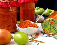 Смотреть Рецепт соленых зеленых помидоров с чесноком и перцем: отличная острая закуска видео