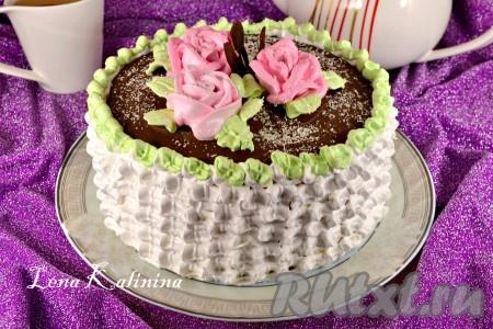 Сверху я украсила бисквитный торт розочками и листочками, добавив в белковый крем пищевой краситель. Посыпать торт немного тертым белым шоколадом. Снова отправить торт в холодильник хотя бы на 5-6 часов, а лучше на всю ночь. Нежный бисквитный торт готов - невероятно вкусный, воздушный и красивый!