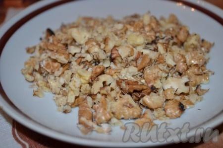 Грецкие орехи обжариваем на сухой сковороде, измельчаем.