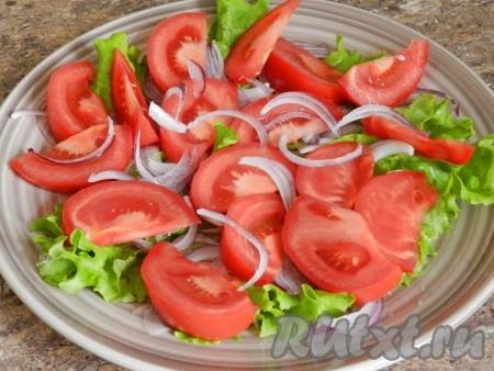 Выложить нарезанные дольками помидоры.
