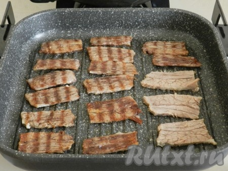 Разогреть сковороду гриль и обжарить мясо по несколько секунд с каждой стороны. Если вы не хотите обжаривать мясо, можете пропустить этот шаг.