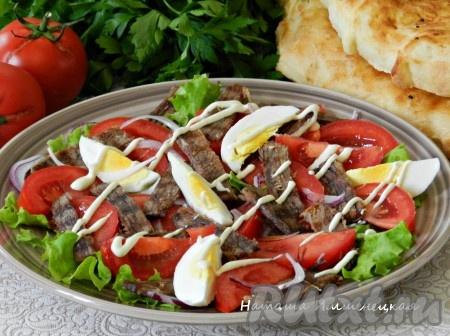 Заправить салат заправкой и сразу же подавать. Вкусный, сытный салат с отварной говядиной и помидорами готов.