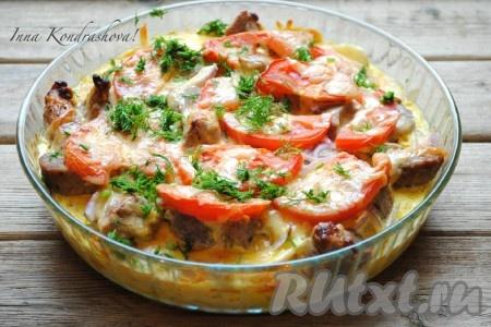 Накрыть блюдо фольгой и отправить свинину с овощами в разогретую до 180 градусов духовку на 1 час. Затем снять фольгу и запекать еще 10-15 минут, чтобы верх блюда стал красивого, румяного цвета. Если Вы будете предварительно отваривать картофель, то время приготовления можно сократить до 40 минут. Готовое блюдо посыпать измельчённой зеленью и можно подавать на стол.