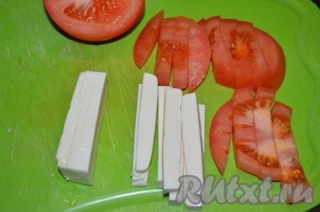 Сыр (я использовала плавленный) и помидор нарезать брусочками толщиной с палец.