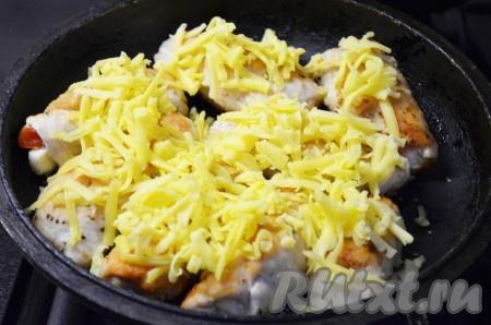 Сложить все куриные рулетики с начинкой из сыра и помидоров в жаропрочную сковороду или форму. Твердый сыр натереть на терке, посыпать рулетики сверху и поставить в разогретую духовку на 5 минут при температуре 220 градусов.