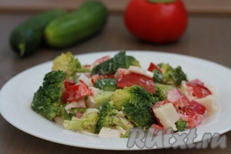 Салат заправьте майонезом или сметаной для заправки можно смешать пополам майонез со сметаной), добавьте соль и специи по вкусу. Сочный, вкусный, яркий крабовый салат с брокколи, перцем и огурцами готов.