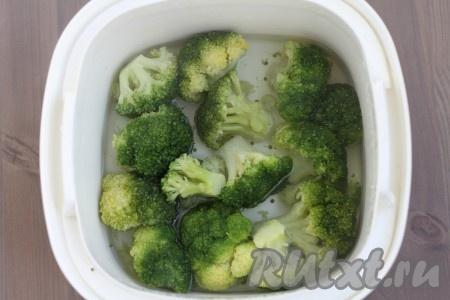 Брокколи отварите до готовности в течение 5-6 минут). Если вы любите, чтобы брокколи хрустела - варите в течение 3-4 минут. Отварную брокколи разберите на соцветия.