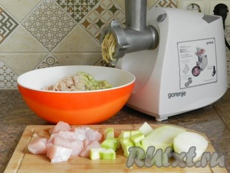 Пропустить через мясорубку филе индейки, лук и кабачок. Можно не использовать целый кабачок, если фарш покажется вам слишком жидким. Поэтому не перекручивайте сразу весь кабачок, добавляйте постепенно.