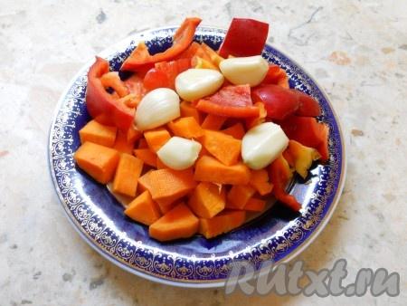 Морковь и чеснок очистить, из сладкого перца удалить семена. Морковь и перец нарезать кусочками.