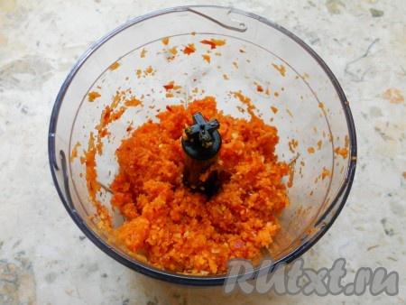 Измельчить морковь, перец, чеснок и перец чили в блендере.