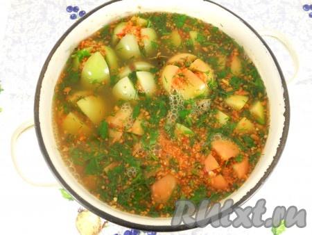 Приготовить рассол: в воду добавить соль и сахар, довести все до кипения. Дать рассолу немного остыть (минуты 4-5) и залить им помидоры.