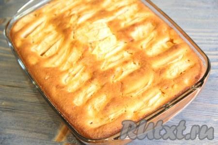 Достать пирог из духовки. Готовый пирог с яблоками покроется красивой золотистой корочкой.