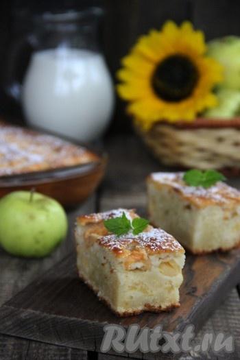 Нарезать пирог на кусочки и подать к столу. Вкусный, влажный, нежный и очень ароматный пирог с яблоками порадует любого сладкоежку.
