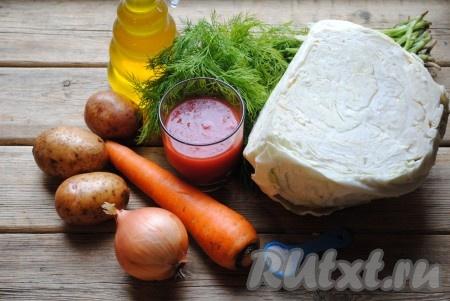 Ингредиенты для приготовления капусты, тушеной с картошкой, на сковороде.