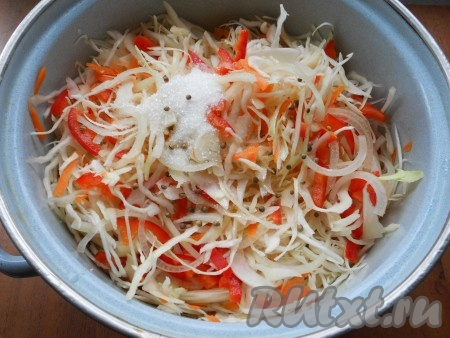 Добавить к овощам соль, сахар, зерна кориандра, влить растительное масло и уксус.