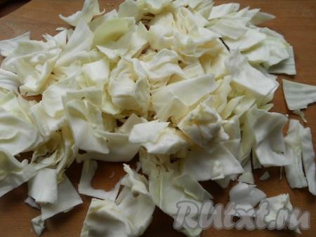 Капусту нарезать квадратиками и немного их расслоить. Можно замариновать мелкую капусту, просто разрезав ее на 2-4 части.