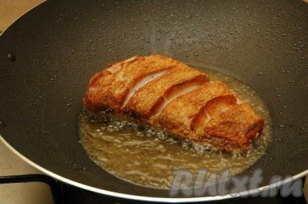 Обжариваем рыбу с каждой стороны по 4 минуты.