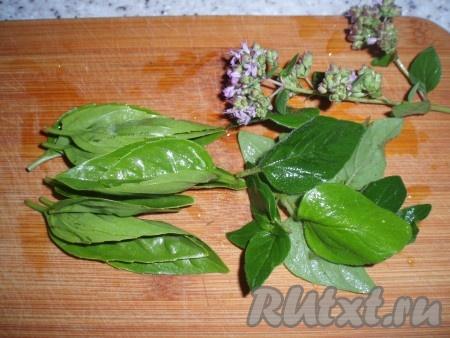 Используемые ароматные травы вымыть, мелко нарезать.