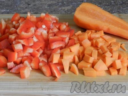Также нарезать морковь и перец.