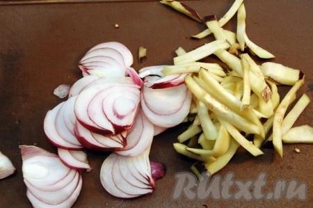 Порезать лук, часть баклажана - тонкими ломтиками и обжарить в растительном масле.
