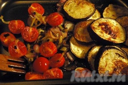 Отдельно обжарить баклажан, нарезанный кружочками, с двух сторон. В форме для запекания соединить обжаренные лук с баклажанами, добавить порезанные помидоры.