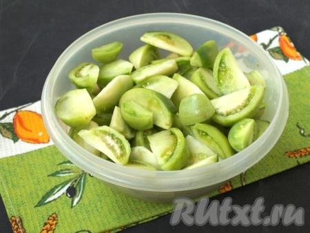 Вымыть и нарезать дольками зелёные помидоры.{amp}#xA;