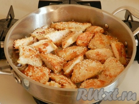 В сковороде разогреть растительное масло и обжарить кусочки филе индейки на среднем огне с обеих сторон до золотистого цвета. Если филе много и оно не помещается в сковороду одним слоем, обжаривайте порциями. Обжаренное филе посыпать кунжутом, накрыть крышкой и довести до готовности на медленном огне в течение 10 минут.