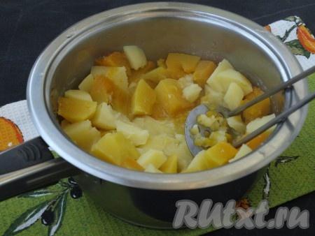 Когда овощи сварятся, воду слить в отдельную мисочку (она может понадобиться). С помощью пресса для картофеля (толкушки) овощи размять.{amp}#xA;