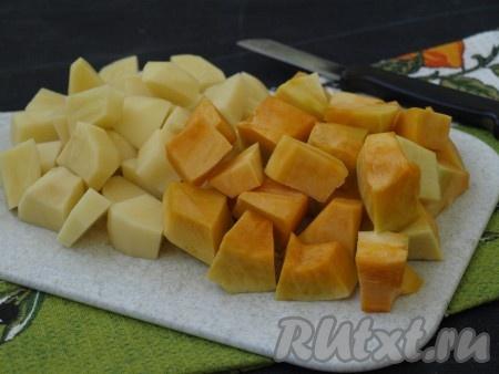 Тыкву и картошку очистить, нарезать кусочками. Тыква варится быстрее, поэтому её лучше нарезать более крупными кусочками, чем картофель.{amp}#xA;