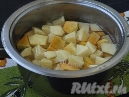 Сложить картошку и тыкву в сотейник и залить водой. Вода должна едва покрыть овощи. Сотейник поставить на огонь и довести овощи до кипения. Огонь убавить и варить овощи до мягкости. Сотейник следует прикрыть крышкой. Затем овощи следует посолить по вкусу.{amp}#xA;