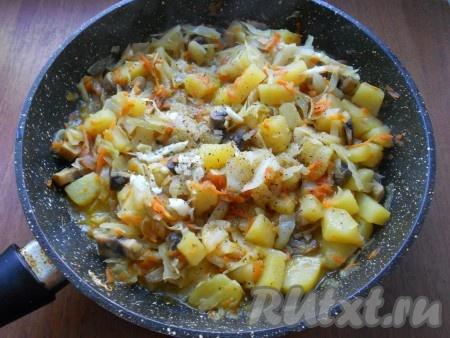 Все перемешать, влить бульон. Тушить капусту с грибами и картошкой на слабом огне, периодически перемешивая, минут 15 под прикрытой крышкой. Далее добавить нарезанный чеснок, если нужно - досолить и немного еще поперчить. Подержать сковороду на огне 3-5 минут и выключить газ.