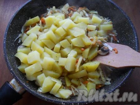Капусту перемешать с остальными продуктами, добавить отваренный картофель.