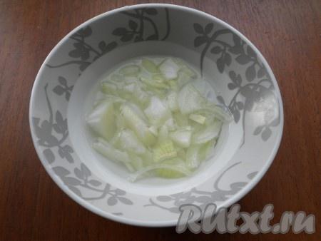 Для приготовления маринада растворить в очень горячей воде сахар и соль, влить уксус. Лук, нарезанный тонкими четвертинами или полукольцами, залить горячим маринадом и оставить на 10 минут.