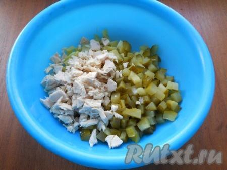 К картофелю добавить нарезанный кубиками маринованный огурец и нарезанное кусочками куриное филе.