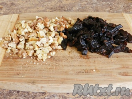 Орехи порубить ножом, чернослив нарезать кусочками. Если чернослив слишком сухой, предварительно размочите его в кипятке, а затем обсушите и нарежьте.
