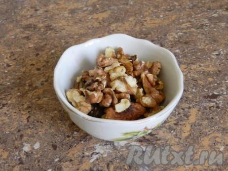 Очищенные грецкие орехи обжарить на сухой сковороде (обжаренные имеют более насыщенный аромат и вкус).