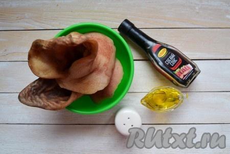 Подготовить необходимые ингредиенты для приготовления свиных ушей к пиву