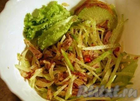 """Обжаренный лук выкладываем поверх редьки и говядины. Ещё раз перемешиваем и вкусный салат """"Ташкент"""" готов, можно подавать на стол. Рецепт этого блюда прост, а результат получается превосходным."""