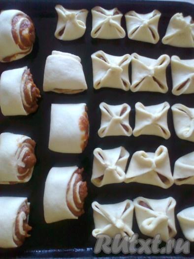 Выкладываем печенье на противень, смазанный растительным маслом или застеленный пекарской бумагой.