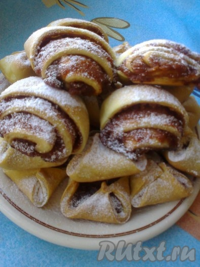 Готовое печенье на рассоле выкладываем на блюдо и посыпаем сахарной пудрой. Вот такое печенье у нас получилось с яблочным джемом.