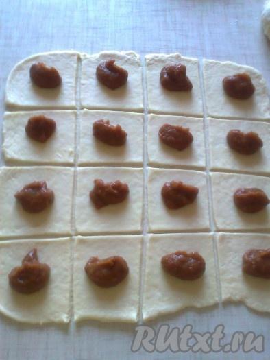 В центр каждого квадратика кладем по 1 чайной ложке яблочного джема (можно класть домашнее яблочное повидло или домашний шоколад).