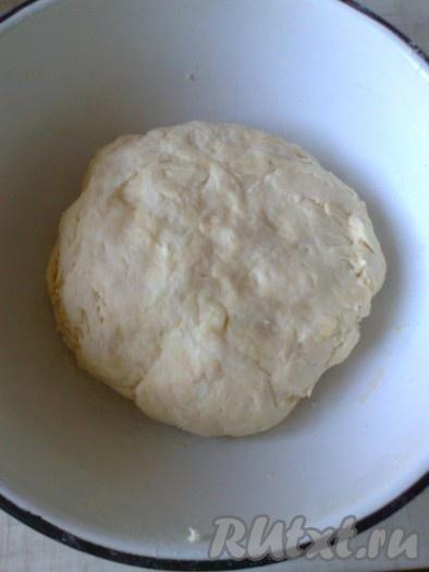 Приготовим мягкое тесто, соединив рассол, соду, растительное масло и 3 стакана муки, перемешиваем ложкой, постепенно добавляем муку (около 1 стакана), до тех пор, пока тесто не перестанетлипнуть к рукам. Можно добавить в тесто 0,5-1 стакан сахара, если хотите получить сладкое тесто, я не добавляю, просто посыпаю печенье сахарной пудрой.