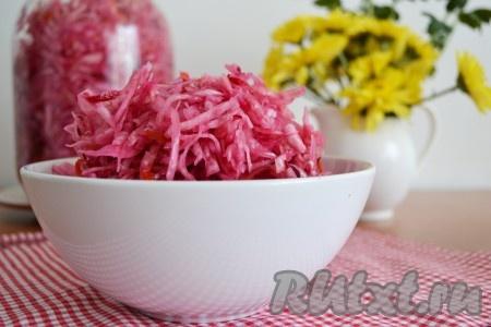 Ароматную, кисло-сладкую, хрустящую квашеную капусту, приготовленную со свеклой, заправить подсолнечным маслом и подать к столу. По желанию можно добавить зеленый лук, укроп или петрушку. Попробуйте! По этому рецепту получается отличная капустка!{amp}#xA;