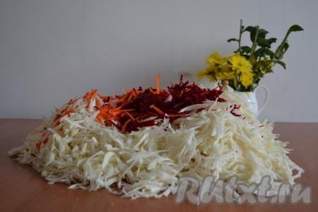 Свеклу и морковь очистить, вымыть, натереть на крупной терке и добавить к капусте.{amp}#xA;