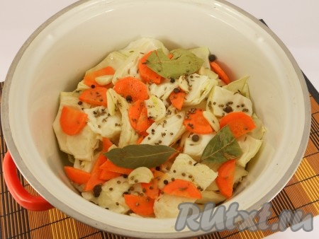 Сверху капусты разместить лавровый лист, разрезанный на 2-4 части чеснок, добавить перцы черный и душистый горошком, зерна кориандра и тмин.
