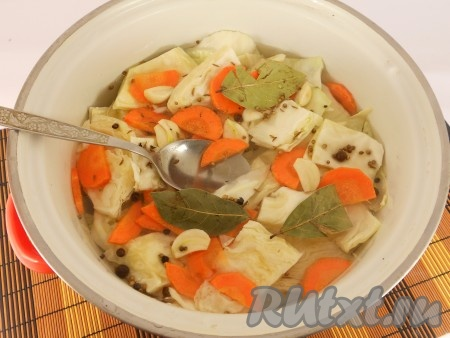 Для приготовления маринада: воду довести до кипения, всыпать соль и сахар, кипятить на слабом огне 2-3 минуты. Влить уксус, дать маринаду снова закипеть и снять с огня.Влить в капусту растительное масло и залить горячим маринадом.