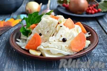 """Очень вкусную, пряную капусту """"Пелюстка"""", приготовленную без добавления свеклы, можно подавать к столу."""