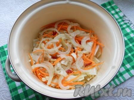Морковь натереть на терке для корейской моркови, лук нарезать полукольцами, перец чили - колечками, чеснок - кусочками. Выложить в кастрюлю слой капусты, часть моркови, лука, чеснока и перца чили, посыпать немного молотым кориандром, добавить понемногу кориандра в зернах, перца горошком.{amp}#xA;